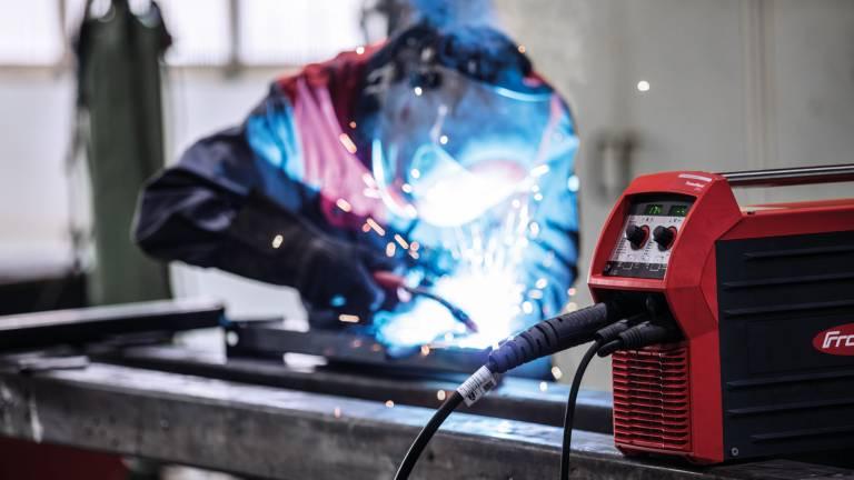 Die TransSteel 2200 ist die erste einphasige, multiprozessfähige MIG/MAG-Inverter-Stromquelle von Fronius. Sie eignet sich besonders im Stahlbau für den Einsatz in Werkstätten sowie bei Montage-, Reparatur- und Instandhaltungsarbeiten. (Bilder: Fronius International)