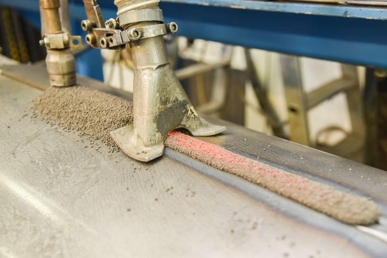Die Längsnähte der Bandagenrohlinge werden im Unterpulverschweißverfahren verschweißt und danach die Ronden eingesetzt. (Bilder: Oerlikon)
