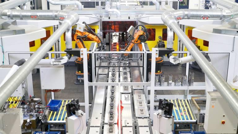 In der neuen Roboteranlage arbeiten Handlingsystem und Schweißtechnik Hand in Hand zusammen.
