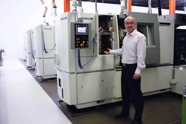 ABW-Geschäftsführer Josef  Paarhammer mit den neuen Sechsspindler-Kurvenautomaten.