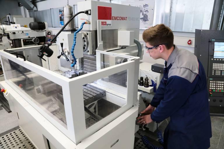 Gerade für den Ausbildungsbereich war es für Haidlmair sehr wichtig, dass die neuen Universalfräsmaschinen auch eine manuelle Bedienung ermöglichen.