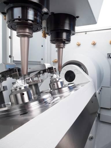 Mit dem Doppelspindel-Bearbeitungszentrum DZ08 FX Precision+ zeigt Chiron 5-Achs-Bearbeitung in kürzester Zeit. (Bilder: Chiron)