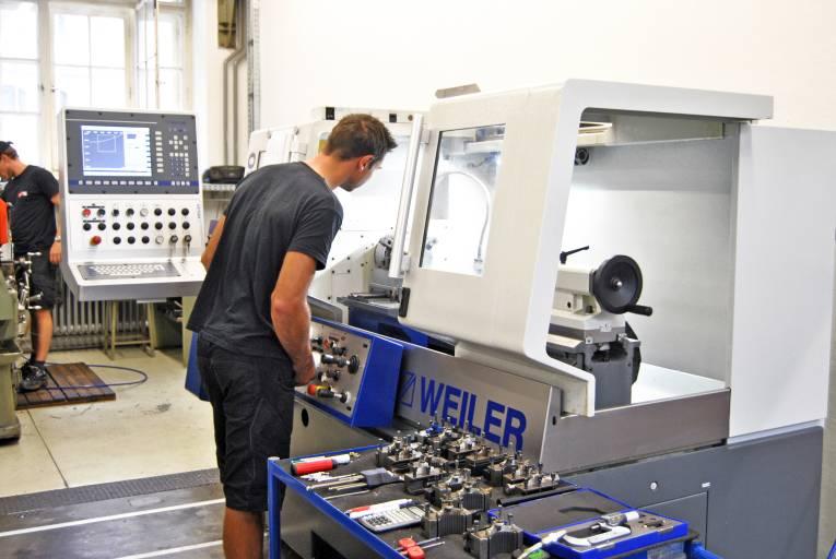 Am Institut für Fertigungstechnik entstehen Präzisionsteile für andere TU-Institute und für externe Auftraggeber in Kleinstserie unter anderem auf einer Zyklendrehmaschine Weiler E30.
