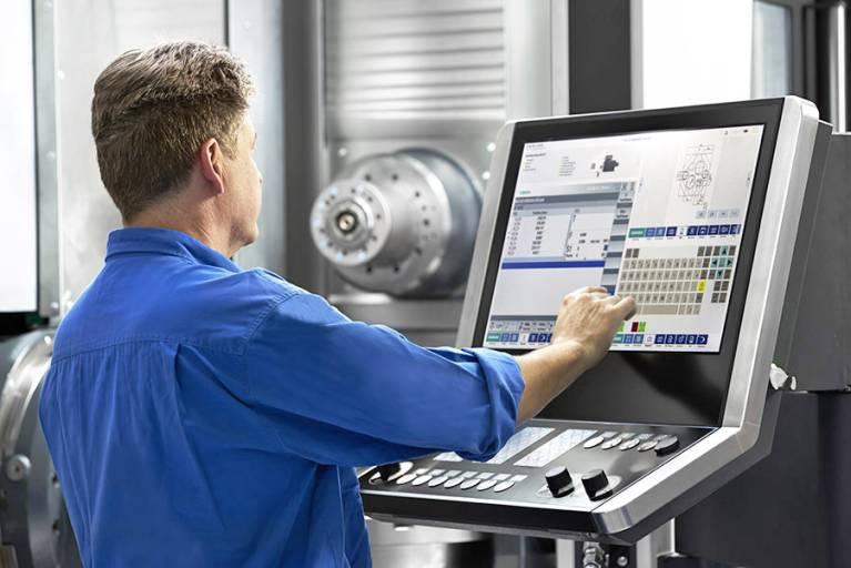 HELLER4Operation steht für eine bedienerorientierte Benutzeroberfläche für Heller Maschinen. Der Einsatz von Touch-Bedienungen im Bereich des Werkzeug-/Werkstück-Rüstplatzes ermöglicht eine schnelle, robuste Bedienung.