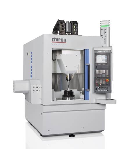 Mit der überarbeiteten FZ12 FX Magnum präsentiert Chiron ein kompaktes Präzisions-Fertigungszentrum mit 2-Achs-Schwenkrundtisch für die 5-Achs-Simultan- und Komplettbearbeitung.