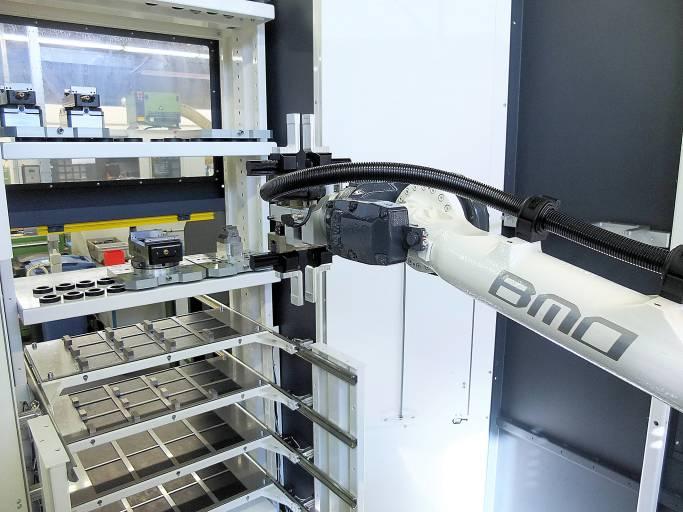 Hurco Bearbeitungszentren be- und entladen per Automatisierungssystem mit Beladeroboter des niederländischen Anbieters BMO Automation. (Bilder: BMO)
