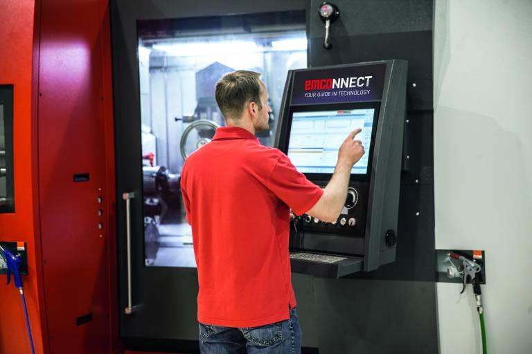 """Als Hardwarebasis für emcoNNECT fungiert eine 22"""" Industrie-Touch-Bedieneinheit in Kombination mit einem Industrie PC (IPC)."""