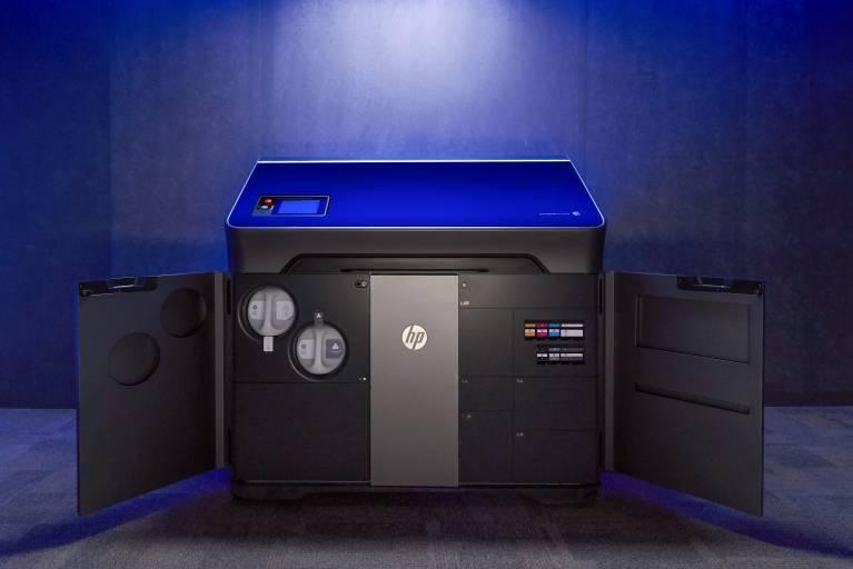 Die HP Jet Fusion 300/500 Serie bietet erstmals die Möglichkeit vollfarbige Kunststoffsinterteile herzustellen.