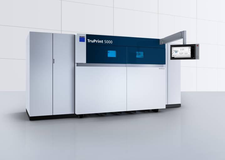 Die TruPrint 5000 arbeitet im Multilaserprinzip und ist nicht nur mit einem, sondern mit drei scannergeführten und 500 Watt starken Trumpf Faserlasern ausgestattet.