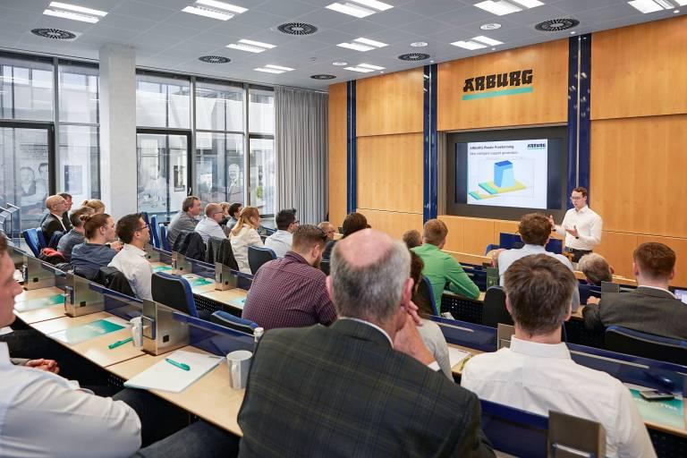 Beim Freeformer-Anwendertag 2018 präsentierten AKF-Experten aktuelle Weiterentwicklungen im Arburg Kunststoff-Freiformen. Ein großer Schritt ist ihnen z. B. mit dem neuen Update der Slicing-Software gelungen. (Bilder: Arburg)