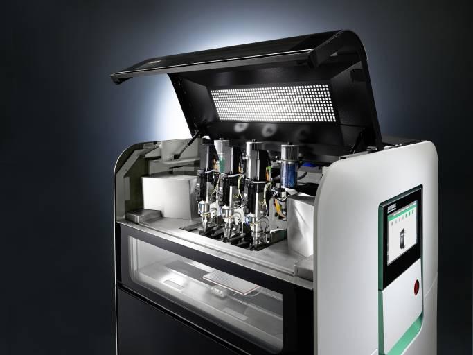 Der Freeformer 300-3X erweitert das Anwendungsspektrum des Arburg Kunststoff-Freiformens (AKF). Mit den drei Austragseinheiten lassen sich komplexe Funktionsbauteile in belastbarer Hart-Weich-Verbindung additiv fertigen.