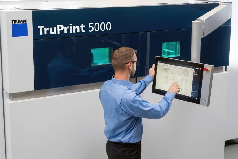 Automatischer Prozessstart beim 3D-Drucker TruPrint 5000 von Trumpf.
