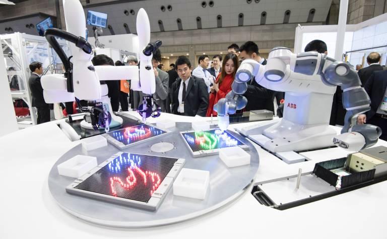 ABB und Kawasaki präsentierten auf der Automatica 2018 in München die erste einheitliche Bedienoberfläche für kollaborative Roboter der Welt.