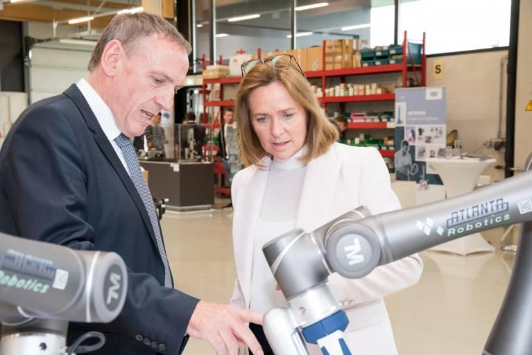 Vorgeschmack auf die Zukunft: Nicht nur Matthias Mayer auch Angelika Sery-Froschauer, Vizepräsidentin der Wirtschaftskammer OÖ, zeigte sich von den kollaborierenden Robotern begeistert.