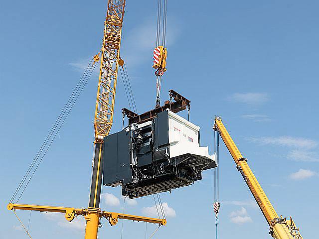 Die Installation der neuen Fertigungsmaschine erfolgte Anfang August 2018 auf spektakuläre Weise mit einem der weltweit stärksten All-Terrain-Kräne am Watt Drive-Standort in Markt Piesting.