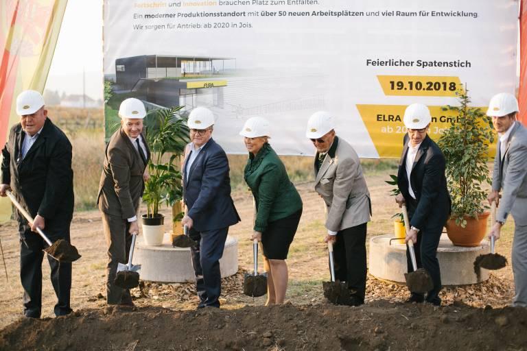 Die beiden Elra-Geschäftsführer Ing. Walter Rauch (3. v. r.) und Susanne Duacsek (4. v. r.) beim Spatenstich für das neue Firmengebäude in Aktion.