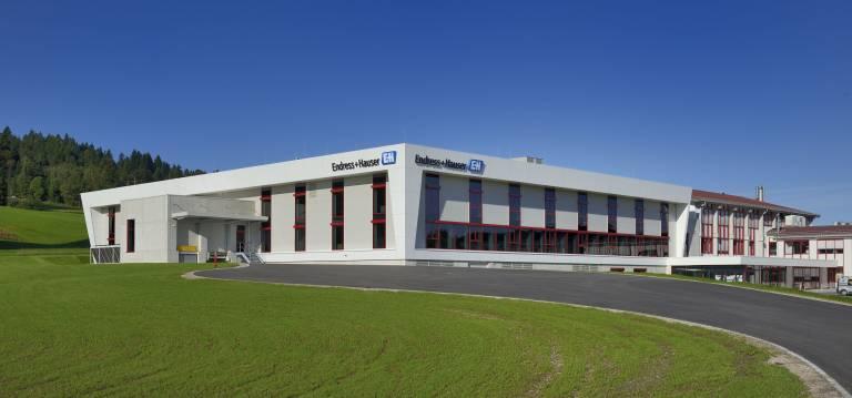 Endress+Hauser hat in Nesselwang im Allgäu eine neue Produktionshalle eingeweiht.