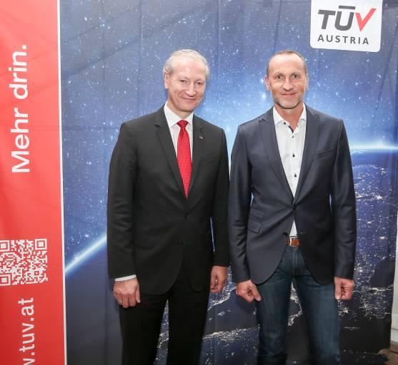 TÜV Austria CEO Dr. Stefan Haas (links) präsentierte Robotics, Safety und Security mit Industriepionier DFT Maschinenbau. Jürgen Prenninger (rechts), Geschäftsführer des oö. Maschinenbauunternehmens DFT, erörterte die praktische Implementierung in seinem Betrieb. (Bild: TÜV AUSTRIA/APA-Fotoservice/EXPA/Hackl)