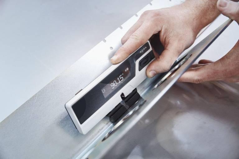 Mit seinem kompakten Winkelmessgerät hat Keba sowohl den Kontrollschritt bei der automatisierten Messung von Winkeln, als auch bei der manuellen Überprüfung deutlich vereinfacht.