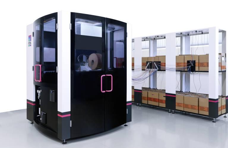 Das Wire Terminal WT von Rittal konfektioniert vollautomatisch Drähte mit Querschnitten von 0,5 mm2 bis zu 2,5 mm2. Es kann dazu ohne Umrüsten auf bis zu 36 verschiedene Endlosdrähte zugreifen.