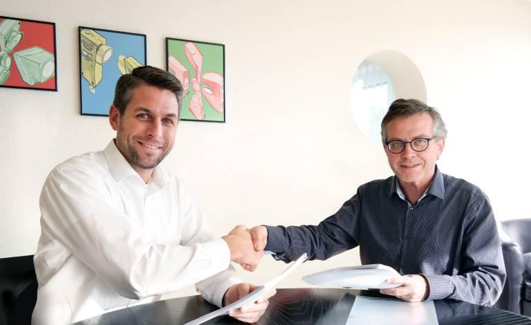 Synergien und Know-how bündeln: Rolf Kuratle (re.), Geschäftsführer der neuen Di-Soric SNT AG und Stefan Eisemann, Geschäftsführer der Di-Soric GmbH & Co. KG, besiegeln den Zusammenschluss.
