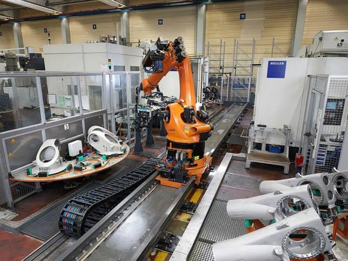 In einer digital vernetzten Anlage, bei der alle Komponenten in die Cloud eingebunden sind, produzieren zwei Bearbeitungszentren und ein Roboter Komponenten für Roboter. (Quelle: Kuka)