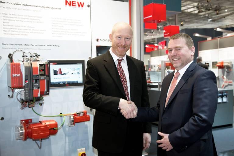 V.l.: Rob McKeel, Präsident & CEO GE Automation & Controls,  und Udo Aull, Geschäftsführer Vertrieb & Marketing, SEW-Eurodrive, besiegeln die Partnerschaft beider Unternehmen im Vertrieb.