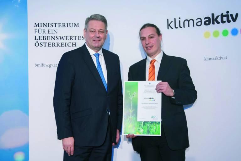 Umweltminister Andrä Rupprechter überreicht Hans Rainer Weninger (Leiter Factory Maintenance bei B&R) die klima-aktiv-Urkunde für besonders energieeffiziente Betriebe. (Foto: Jana Madzigon)