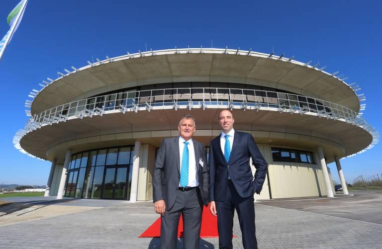 Geschäftsführer Günther Klingler (links) und Ferdinand Mayr, Gesellschafter und Mitglied der Geschäftsführung, vor dem neuen Kommunikationszentrum mayr.com.