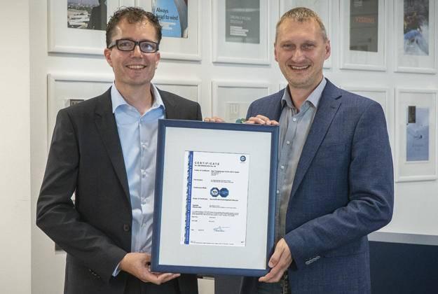 Mark Clemens (links) und Reinhard Mayr, Mitglieder des Security-Management-Teams bei Copa-Data, freuen sich über das IEC 62443-4-1-Zertifikat, welches das Know-how des Softwareunternehmens rund um Industrial IT Security unterstreicht.