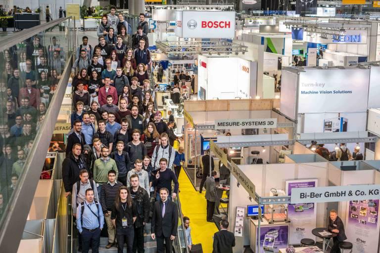 Enge Zusammenarbeit von Praxis und Forschung: Vision & Control lädt rund 60 Studierende der TU Ilmenau und ausgewählte Schüler auf die Weltleitmesse für Bildverarbeitung Vision 2018.