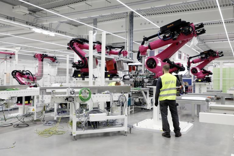Über 100 Hightech-Maschinen sind kürzlich im neuen Werk angekommen und werden nun schrittweise in Betrieb genommen.