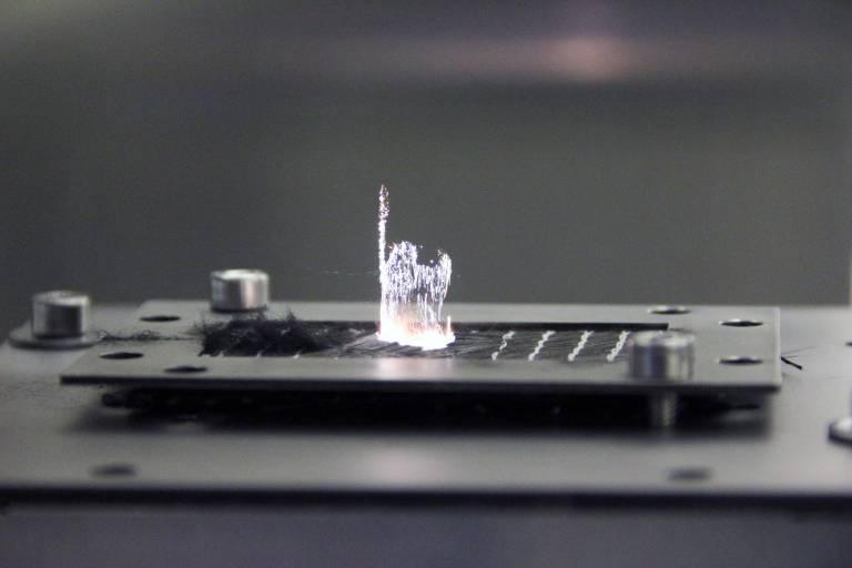 Bearbeitung von einem Kohlefaserbauteil mit einem 200 Watt Ultrakurzpulslaser von Amphos.
