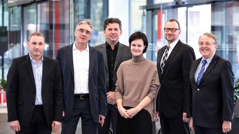 Forschungskooperation von Industrie und Universität – v.l.n.r.: Harald Langeder (Fronius), Prof. Thomas Werani (JKU), Bernhard Freiseisen (Fronius), Elisabeth Engelbrechtsmüller-Strauß (GF Fronius), Werner Dressler (voestalpine), Prof. Gerhard Wührer (JKU).