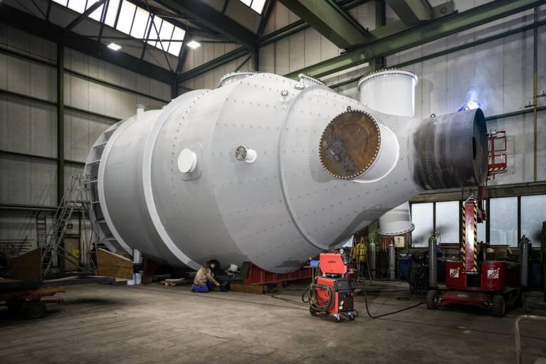 Große Herausforderung: Bis zu 16 m lang und 7 m im Durchmesser – die riesigen Behälter für eine Entsalzungsanlage müssen überwiegend in Zwangslage geschweißt werden.
