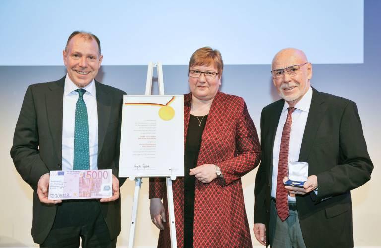 Bei der Bundespreisverleihung (v.l.n.r.): Heinz Soyer, Parlamentarische Staatssekretärin Iris Gleicke (MdB), Heinz Soyer sen. (Bild: Astrid Schmidhuber)