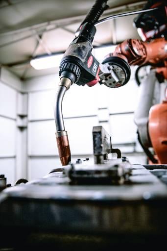 Der neue Roboterschweißbrenner Robacta Drive CMT garantiert höchste Zugänglichkeit und Schweißgeschwindigkeit. (Bilder: Fronius)