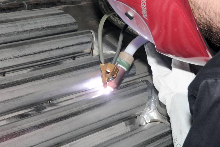 Der Brennerkopf mit mechanisierter Zuführung des Zusatzwerkstoffes erhöht die Abschmelzleistung um bis zu 60 %.