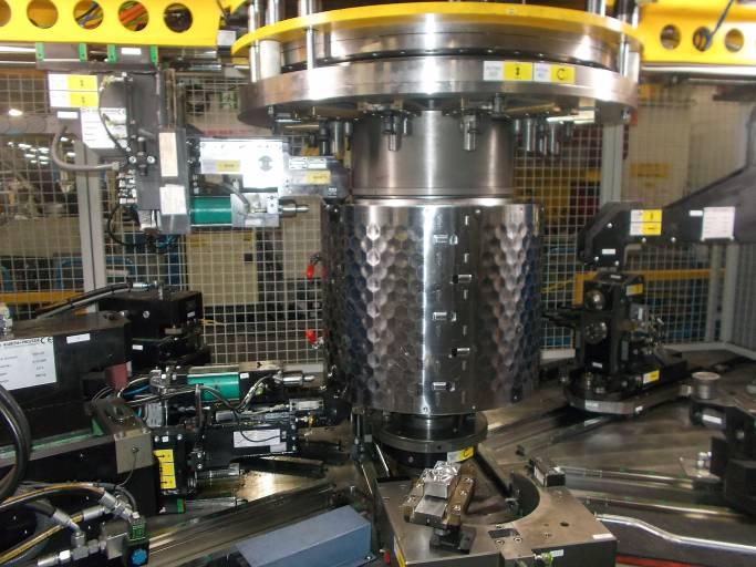Das TOX-Subsystem als integrierte Prozessstation der Rundtaktanlage basiert auf dem modularen TOX-Baukasten und besteht aus Maschinenzangen, Stempel und Matrize, Sprüheinrichtung und Prozessüberwachung.
