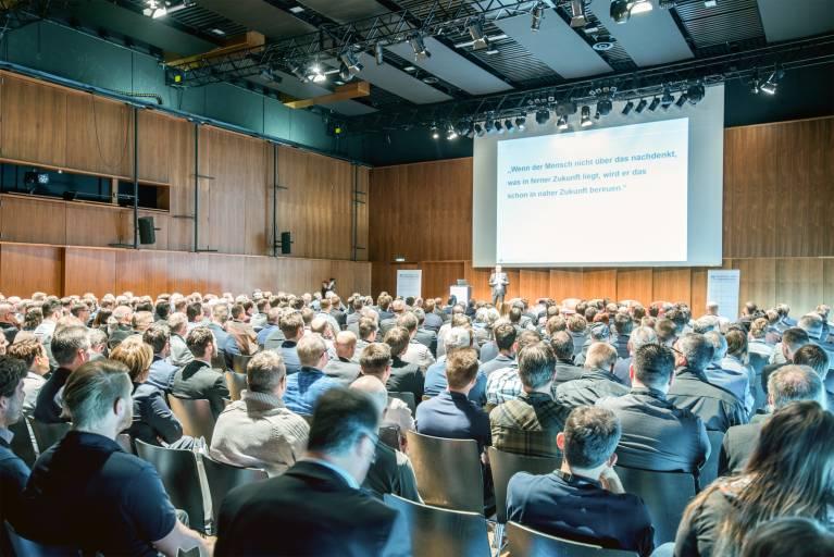 13 Branchenexperten referierten über zukünftige Themen im Werkzeug- und Formenbau. (Bild: Meusburger)