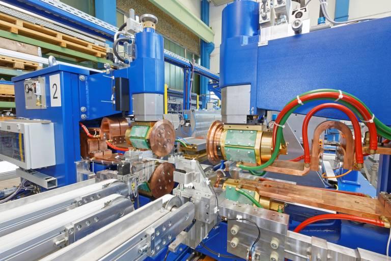 In der Punktschweißanlage werden die Wärmetauscherbleche in der exakten Position fixiert.
