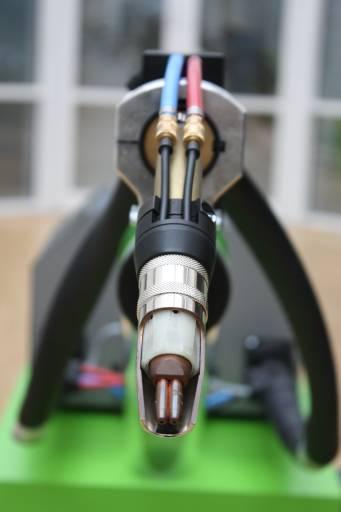 Schweißen mit Doppeldraht: Beide Drahtelektroden haben das gleiche elektrische Potenzial und werden in zwei aneinander liegenden Kontaktrohren geführt. Dadurch ist der Pistoleneinsatz der DIX MEDD 7000 nicht größer als ein Eindrahtbrenner.