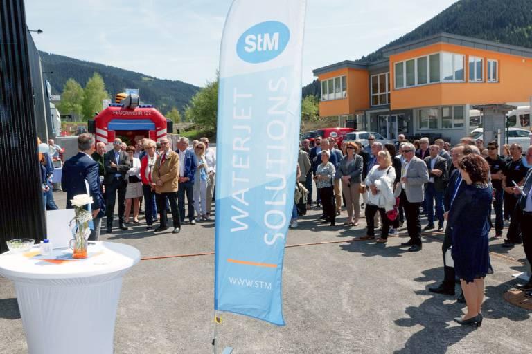 Mehr als 300 Gäste feierten mit STM am 27. April 2018 die Eröffnung des neuen Wasserstrahl-Entwicklungszentrums in Eben im Pongau. (Bild: STM)
