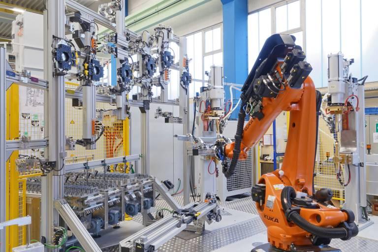Um viele unterschiedliche Dachprofilstreben zu übernehmen, benötigen die Roboter ein typenspezifisches Greifersystem. Für die Adaption und Ablage der jeweiligen Greifer konstruierte Dalex einen vertikal angeordneten Greiferbahnhof. (Bilder: Dalex)