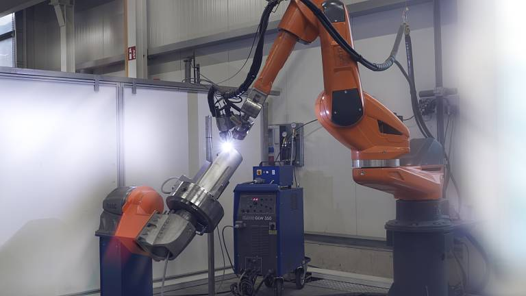 Ein QIROX-Roboter von Cloos schweißt Rundnähte für Tankbehälter mit dem WIG-Verfahren.