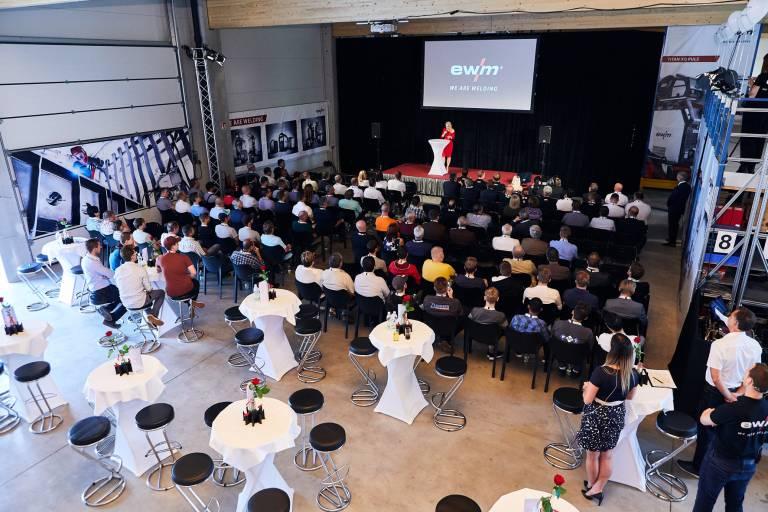 Bei der Eröffnungsveranstaltung begrüßte der Schweißtechnik-Hersteller zahlreiche Gratulanten.
