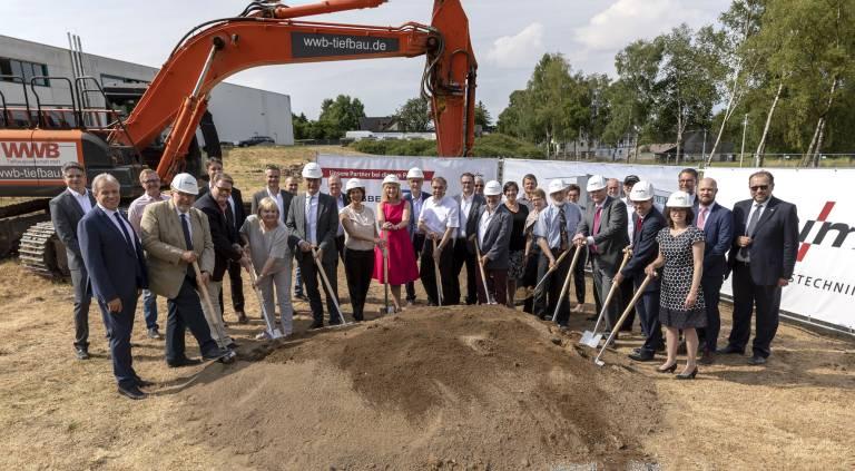 Der Startschuss: EWM feierte in Mündersbach mit zahlreichen Gästen den Spatenstich für ein neues Verwaltungsgebäude sowie eine neue Produktions- und Logistikhalle.