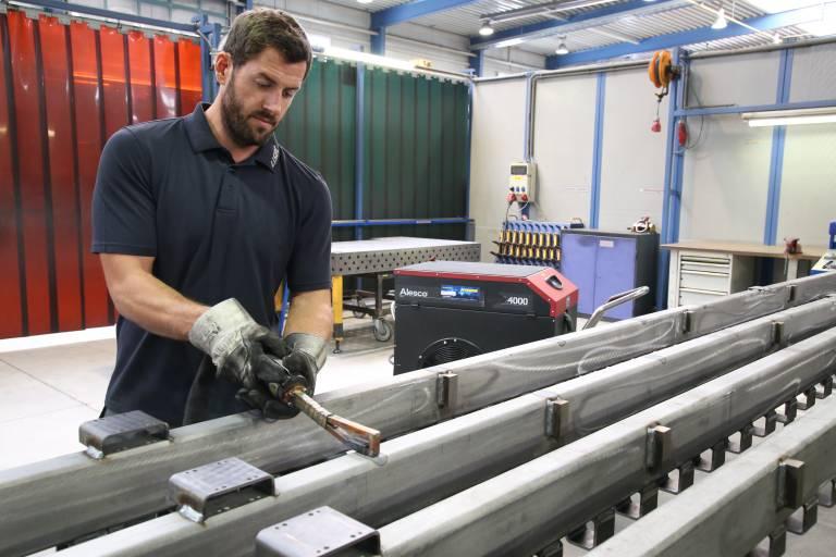 Beim Richten der Stahlkonstruktionen ist man bei Lisec nun doppelt so schnell. (Bilder: x-technik)