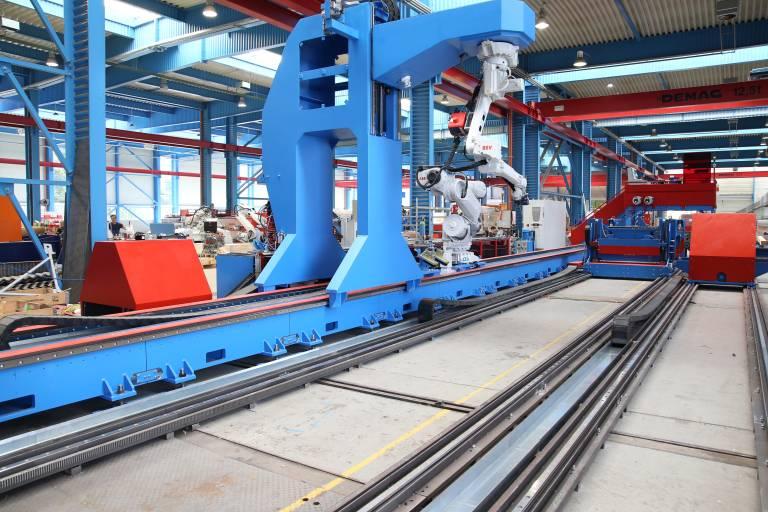 """Beim innovativen Konzept der SR Compact-Linie kann der Handlingsroboter dank eines """"Tunnels"""" unterhalb des Schweißroboters durchfahren. (Bilder: x-technik)"""