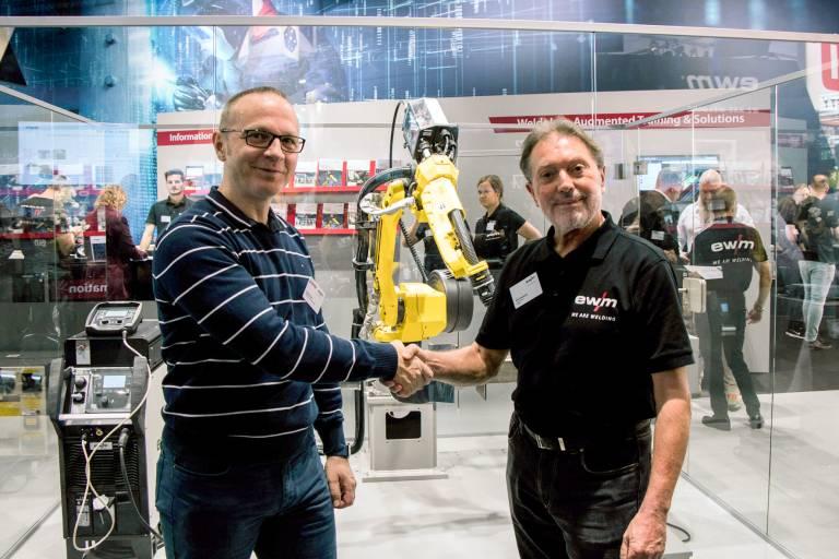 Bernd Szczesny (rechts), Vorstandsvorsitzender der EWM AG, und Andreas Euen, Geschäftsführer der H. Euen GmbH, gaben die noch engere Zusammenarbeit auf der EuroBLECH bekannt.